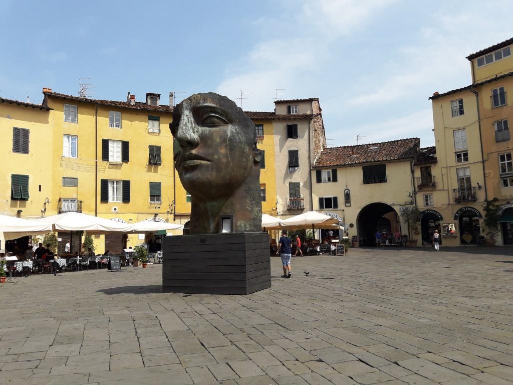 Lucca. Piazza Anfiteatro.