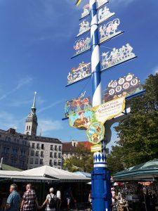 Múnich. Viktualienmarkt. Árbol de Mayo y puestos.
