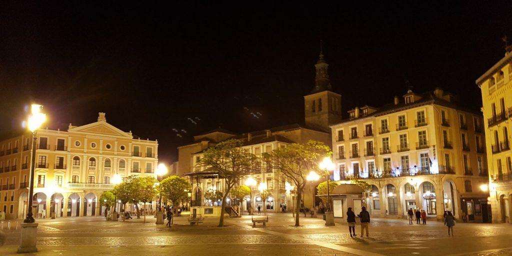 Segovia. Plaza Mayor. Iglesia San Miguel y teatro Juan Bravo