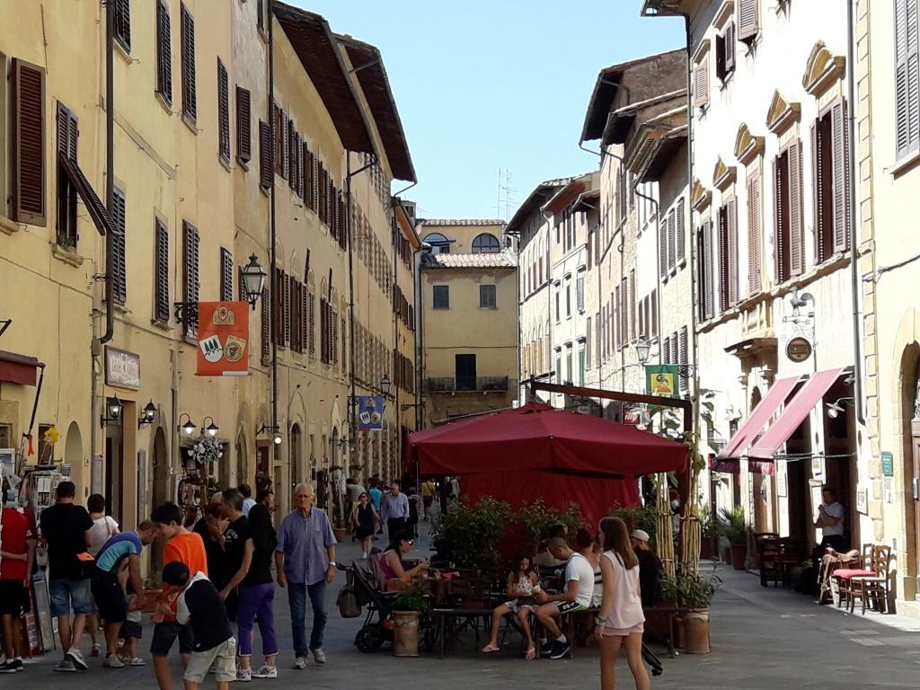 Volterra. Vía Gramici, al fondo cruce con vía Matteoti.