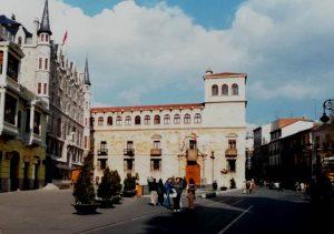 León. Casa de Botines. Palacio de los Guzmanes y calle Ancha