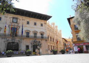 Mallorca. Palma. Ayuntamiento y Plaza de Cort.