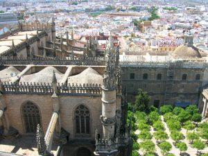 Sevilla. Catedral y patio de los Naranjos desde la Giralda.