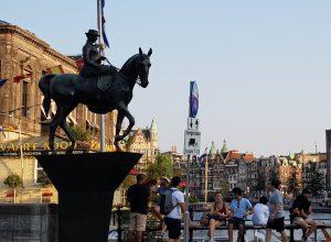 Amsterdam. Rokin. Estatua ecuestre Reina Guillermina.