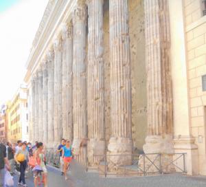 Roma. Piazza di Pietra. Templo de Adriano.