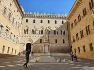 Siena. Piazza Salimbeni.