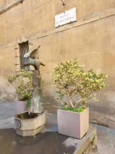 Siena. Piazza Postierla. Fuente.